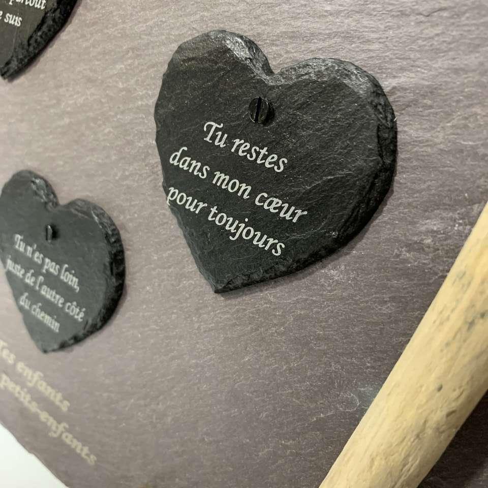 personnalisation de gravure sur ardoise découpée fixée sur lauze