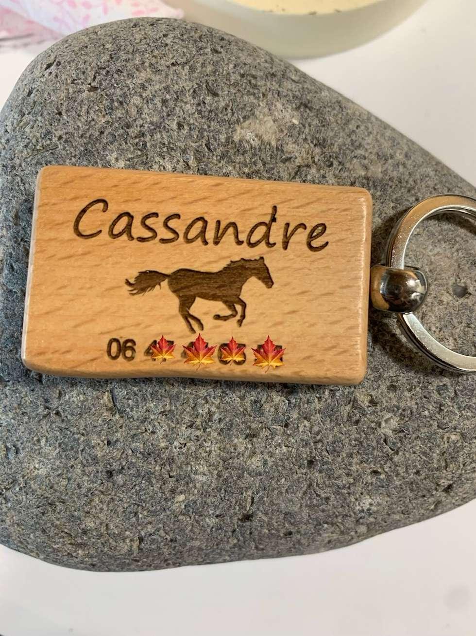 porte-clés en bois avec anneau métal gravé prénom cheval numéro téléphone