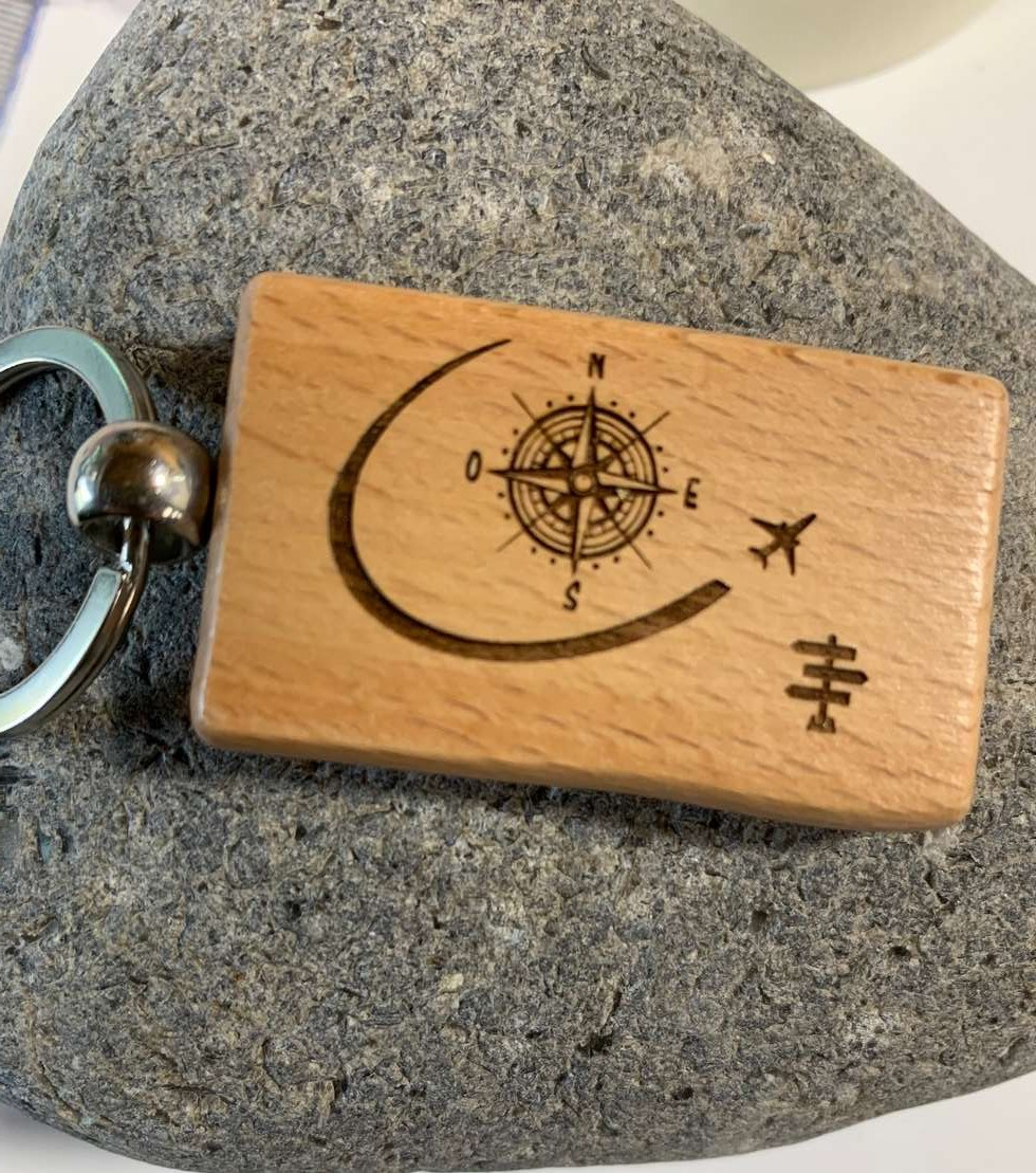 porte-clés en bois gravé avec personnalisation de la passion pour les voyages (boussole, avion en vol, panneaux destinations)